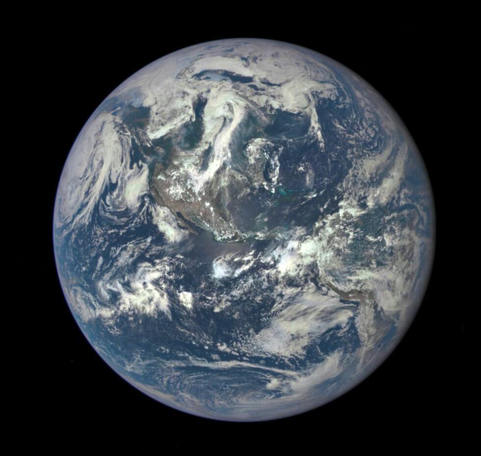 ENDELIG PÅ PLASS:   En romsonde som overvåker jorden ble opprinnelig foreslått av Al Gore i 1998. Nå sender satelitten DSCOVR bilder tilbake til jorda. Foto: NASA