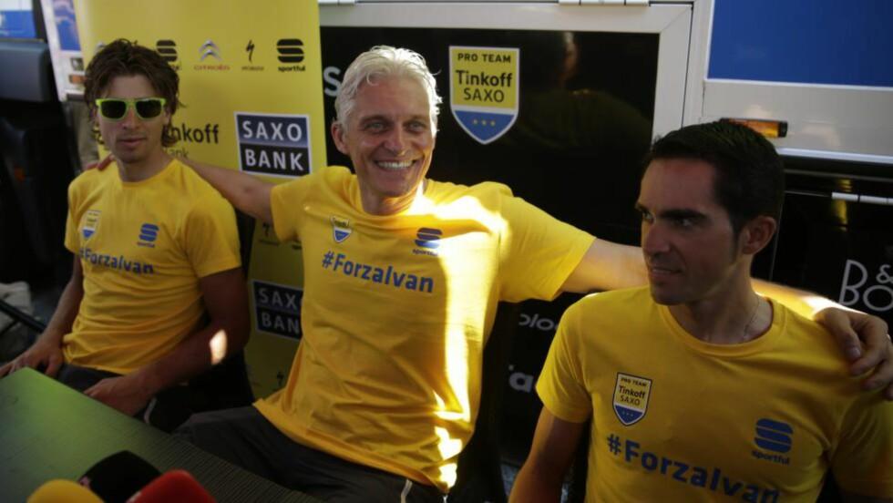 FORZA, FORZA: Tinkof-Saxo gjennomførte pressekonferansen i t-skjorter med hyllest til Ivan Basso. Foto: Afp Photo / Kenzo Tribouillard/Scanpix