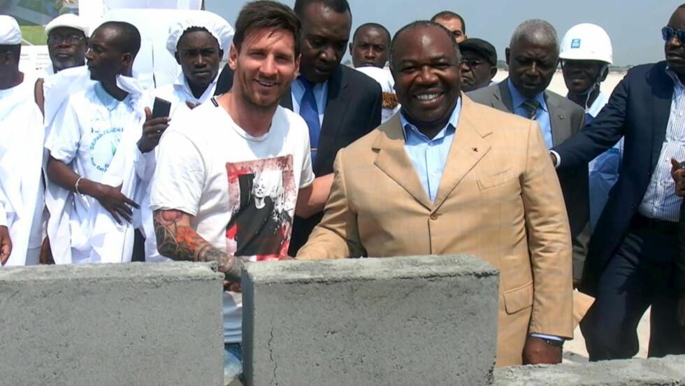 STEIN PÅ STEIN: Lionel Messi med Gabons president Ali Bongo etter å ha plassert en murstein på det som skal bli en ny stadion i landet. Foto:  REUTERS / NTB Scanpix