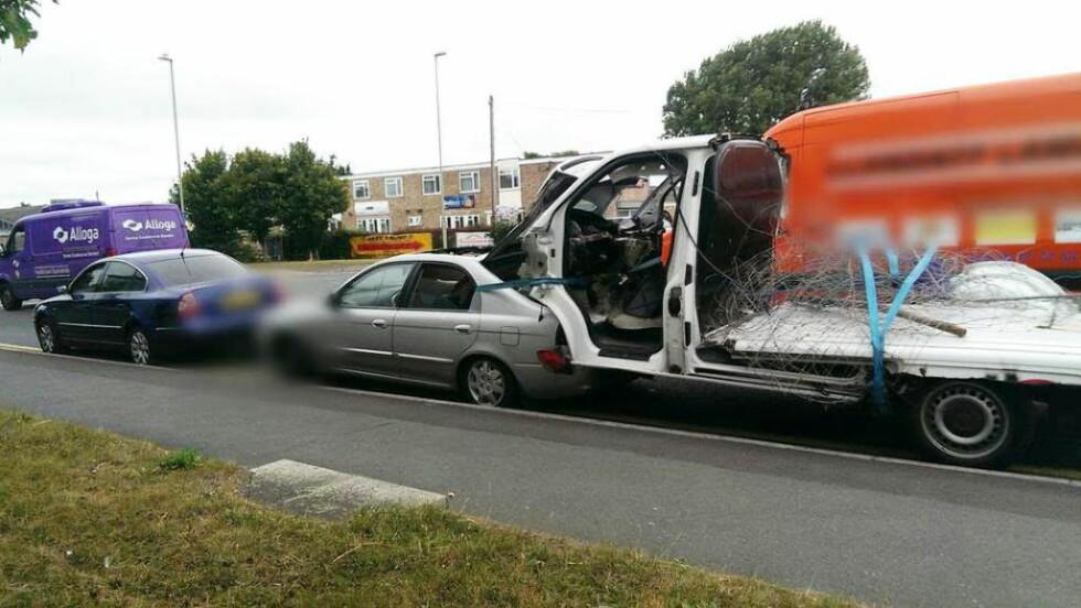 RISIKABEL TAUING: Bilen dro en tung last. Foto: Glos Road Police