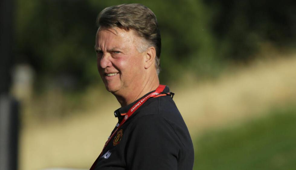 PÅ SPILLERJAKT: Manchester United-manager Louis van Gaal avslører at klubben er på jakt etter en spiss - som ifølge ham selv ikke er koblet til klubben i pressen. Det får britiske medier til å spekulere vilt. Foto: AP Photo/Ted S. Warren