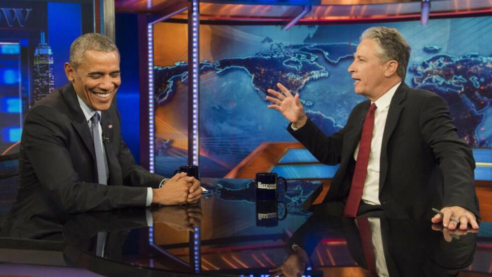 SPØKTE: President Barack Obama gjorde en siste opptreden som gjest hos Jon Stewart før komikeren overlater «The Daily Show» til sin etterfølger. Foto: AFP PHOTO / SAUL LOEB