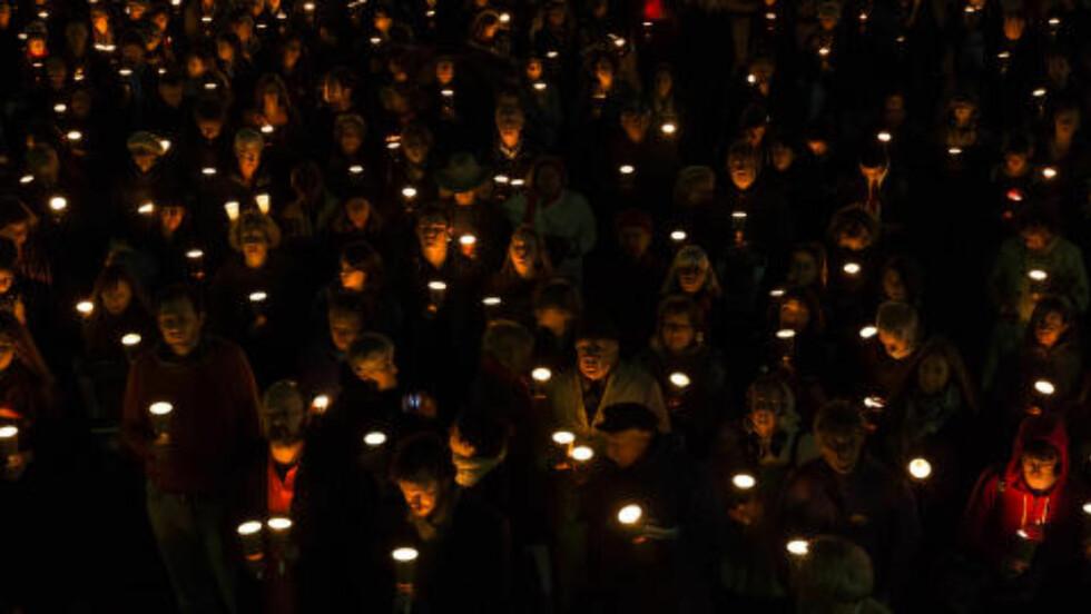 FAKKELTOG: En stor folkemengde hadde samlet seg i Sydney for å hedre Hamid Khazaei. Han ble erklært død etter en akutt blodforgiftning. Han skal ha blitt nektet medisinsk hjelp i flere dager etter å ha fått et kutt i foten på asylsøkerleiren på Manus Island. Foto: Sergio Leyva Seiglie / Pacific Press / Sipa USA / NTB Scanpix