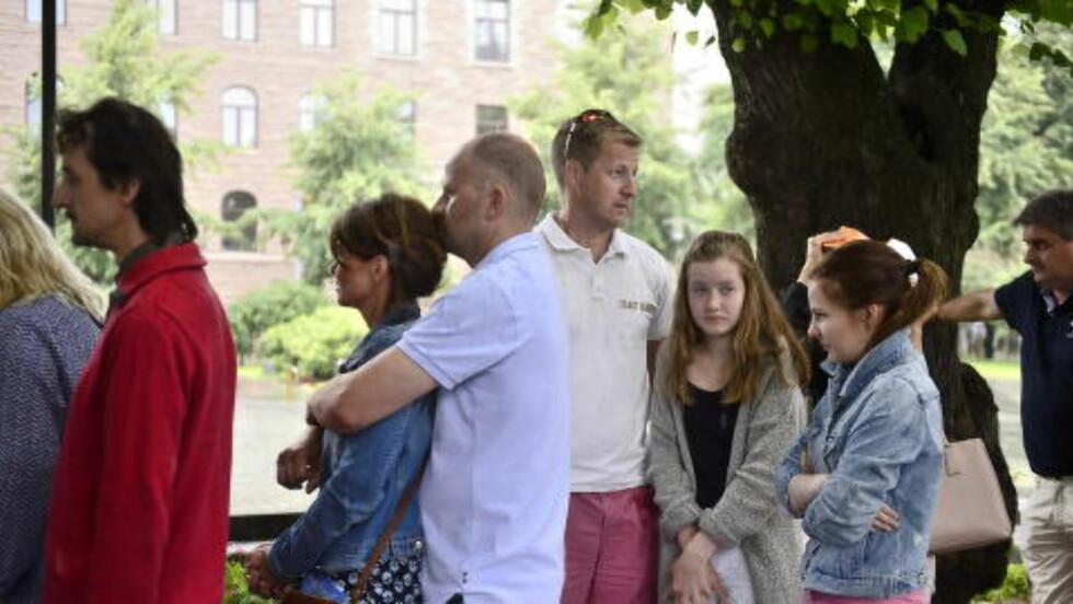 MED DØTRENE: Kristian Tangen ( i midten) valgte å ta med barna på åpningen av 22. juli-utstillingen. Foto: Benjamin A. Ward / Dagbladet