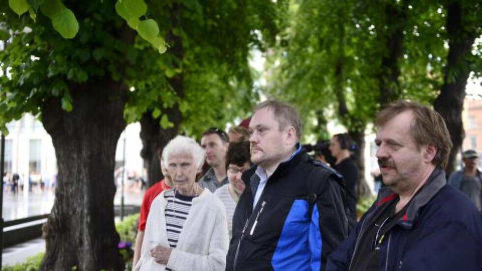 - MÅ MINNES: Solveig og Geir Karlsen (til venstre) står i lang kø for å komme inn. Foto: Benjamin A. Ward / Dagbladet