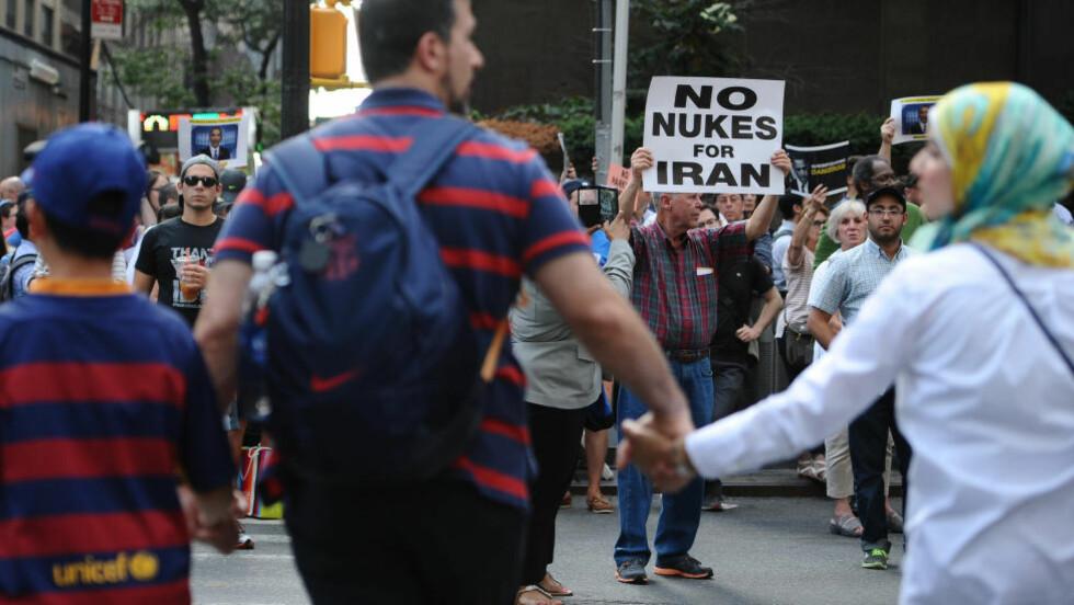 PROTEST: Demonstranter i tusenvis strømmet onsdag til Times Square i New York for å protestere mot atomavtalen med Iran og kreve at Kongressen avviser den. Foto: Anthony Behar