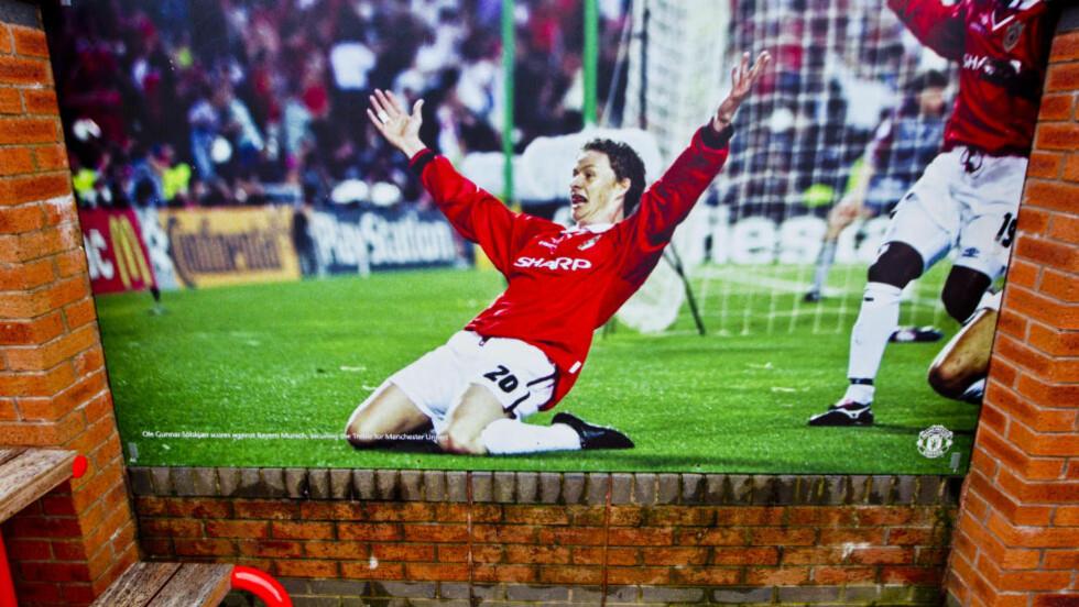 EVIG PLASS. Ole Gunnar Solskjær har fått plass i evigheten i Manchester United. Det historiske bildet fra 1999 henger på utsiden av Old Trafford.Foto: NTB scanpix