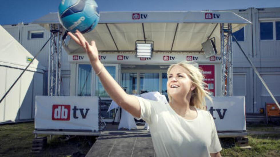 FÅR BESØK AV IDRETTSSTJERNER, KJENDISER OG ARTISTER: Nysgjerrig på livet på sletta under Norway Cup? Vi serverer deg alt du trenger å vite, og alt du ikke visste at du trenger å vite, i daglige direktesendinger søndag-lørdag. Programleder Tonje Steen gir deg første sending søndag 26. juli kl. 11.00. Følg med! Foto: Halvor Njerve / Dagbladet