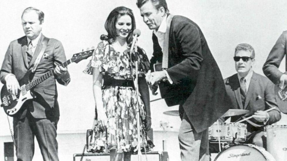 LEGENDARISK:  Johnny Cash og June Carter spiller for 900 innsatte i Cummins-fengselet i 1969. Det samme året gjorde han sin berømte liveinnspilling i San Quentin-fengselet.