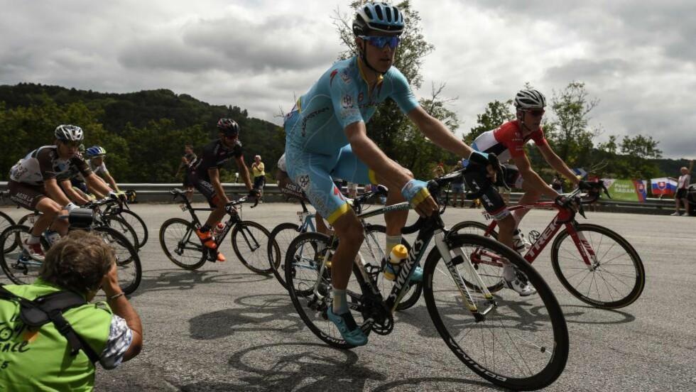 FRATATT SJANSEN: Jakob Fuglsang lå lenge i god posisjon til å vinne torsdagens Tour de France-etappe. Håpet ble knust av en av arrangørens motorsykler. Foto: Eric Feferberg / Afp / NTB