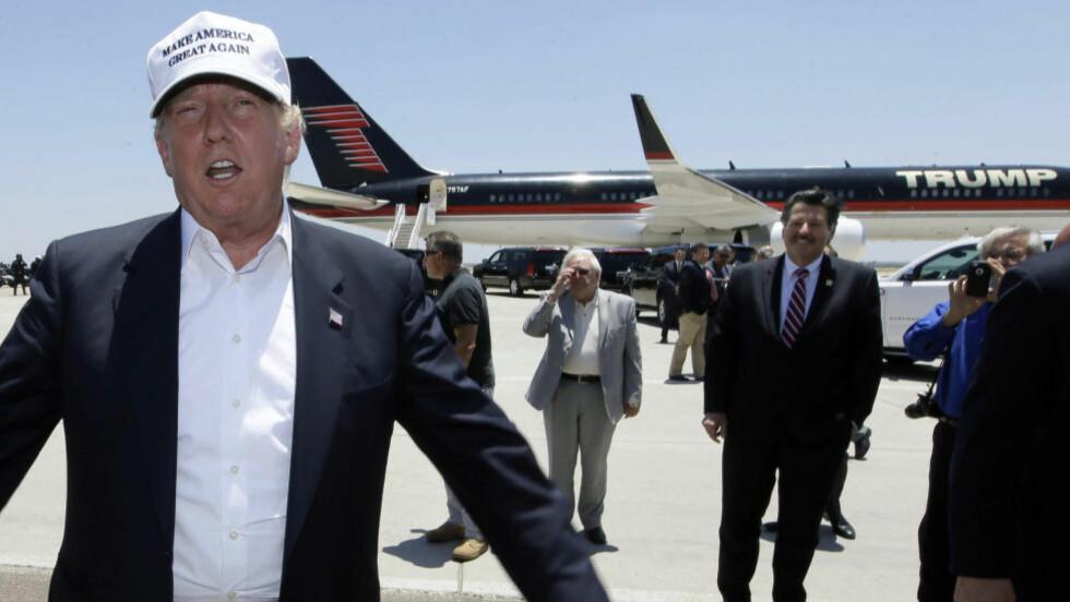 EGET FLY:  Presidentkanidat Donald Trump kom med sin egen Trump-Boeing til Laredo i Texas torsdag kveld norsk tid for å sjekke om amerikansk grensepoliti har kontroll med mexicanere fra sør.  Foto: LM Otero, AP/NTB Scanpix.