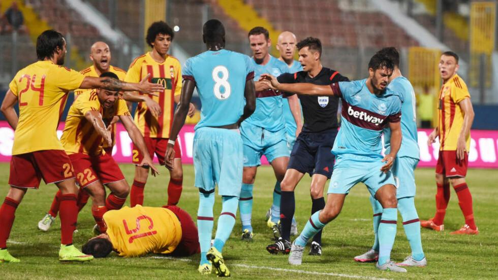 UTVIST: West Ham måtte spille over en omgang med ti mann, etter at midtstopper James Tomkins (til høyre) ble utvist. Foto: Scanpix