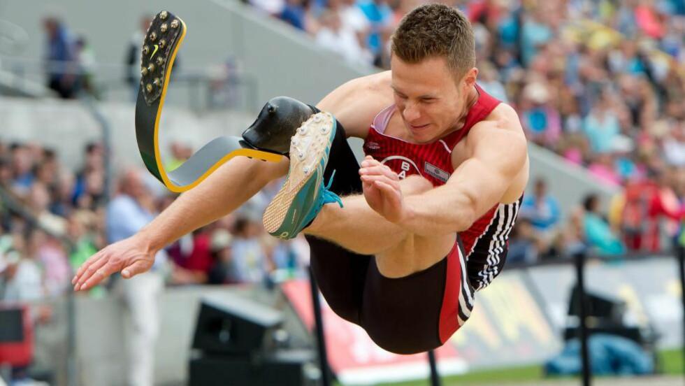 PROTESE-TRØBBEL?:Markus Rehm tok gull i lengde under det tyske mesterskapet i fjor. I år får han ikke noen medalje dersom han vinner. Dette på grunn av beinprotesen. Foto:  EPA/SVEN HOPPE