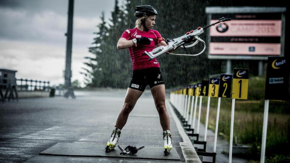 FULLT FOKUS: I regnet i Holmenkollen gjør Tiril Eckhoff unna både en print og en jaktstart. - Godt trøkk i kroppen og to fulle hus på sprinten. Et vinnerløp, sier hun etterpå. Foto: THOMAS RASMUS SKAUG