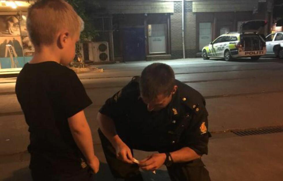 FIKK HJELP: Fire år gamle Oskar ble overveldet av hjelpen han fikk fra politimannen etter han hadde falt og slått seg. Foto: Pia Prestmo / Privat