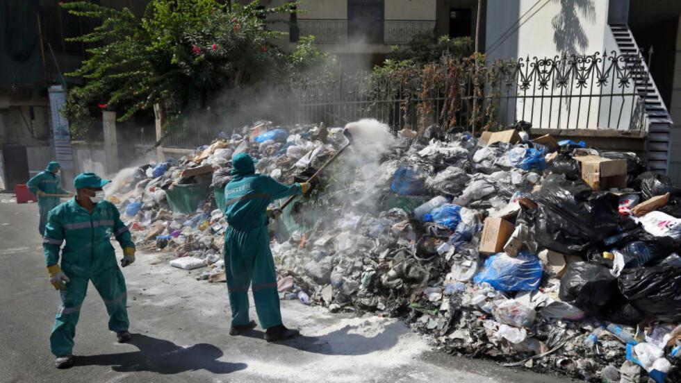 OPPHOPNING: Søppelet hoper seg opp i Libanons hovedstad Beirut. Foto: AP Photo/Bilal Hussein/NTB scanpix
