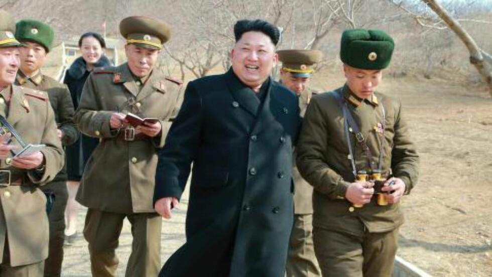 SYNLIG: I mars var Kim Yo-jong med da Kim Jong-un inspiserte militærstyrker i nærheten av den sørkoreanske grensa, og i juni var hun også med i følget som besøkte den nye internasjonale flyplassen i Pyongyang. Foto: EPA/KCNA SOUTH KOREA / NTB SCANPIX