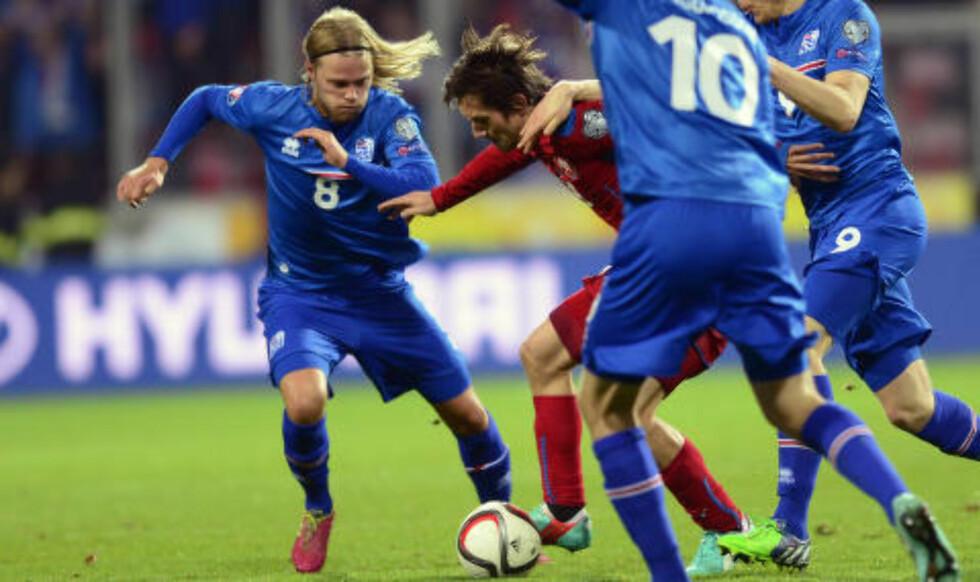 MØTER GJERNE NORGE: Islands Birkir Bjarnason, her i duell med Tsjekkias Tomas Rosicky, mener det vil være positivt å trekke Norge i VM-kvaliken. Foto: Scanpix