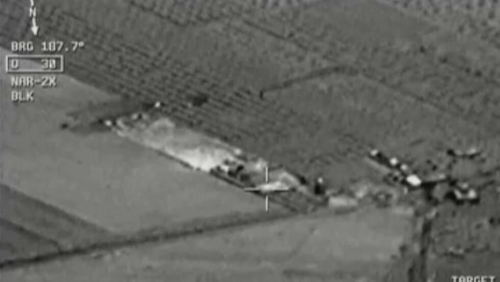 BOMBER: Bilder frigitt av det tyrkiske militæret viser hvordan jagerfly bomber mål i Syria tidligere fredag. Sent fredag kveld kommer det meldinger om at også mål i Nord-Irak har blitt angrepet. Foto: Anadolu via AP Video / NTB Scanpix