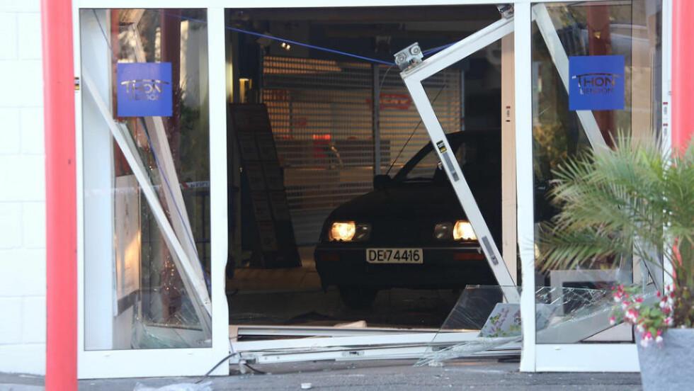 NATTÅPENT:  Mennene bak sjokkbrekket mot gullsmedbutikken på Østerås brukte en stjålet Ford Sierra for å komme gjennom hoveddøra i kjøpesenteret. Foto: Daniel D. Laabak/Tipser.no.