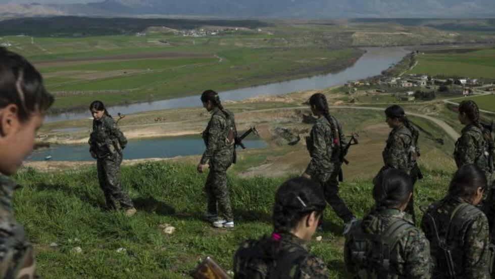 I KAMP MOT IS:  PKK har i lengre tid kjempet intenst mot IS. Her trener kvinnelige soldater tilknyttet gruppen i Rojava, Syria. Foto: Newsha Tavakolian/Polaris