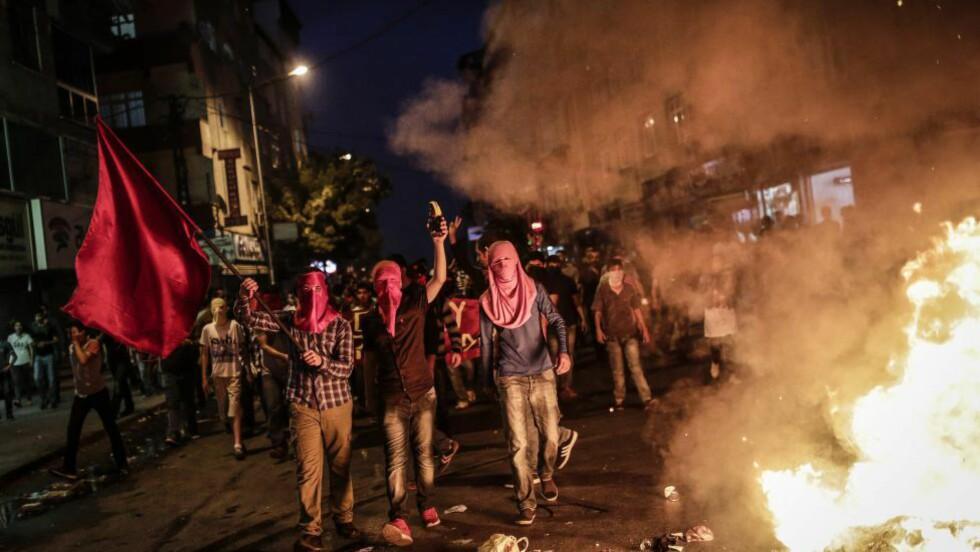 FIENDER: Tyrkia har et heller anstrengt forhold til tilhengere av opprettelsen av en kurdisk stat. Her demonstrerer kurdere i hovedstaden Istanbul  i etterkant av operasjonen mot PKK. Foto: AFP PHOTO/AFP PHOTO/YASIN AKGUL