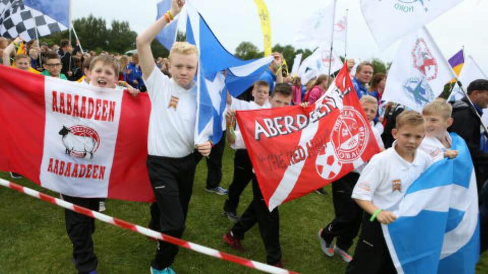 MED HEIAROP: Også Aberdeen FC har tatt turen til årets Norway Cup, og varmer opp med heiarop i paraden. Foto: Christian Roth Christensen/Dabladet