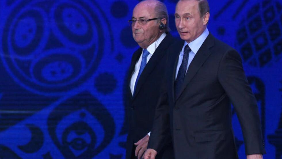 HYLLER RUSSLAND-VM: Vladimir Putin og Sepp Blatter. Foto: MARCUS BRANDT/dpa