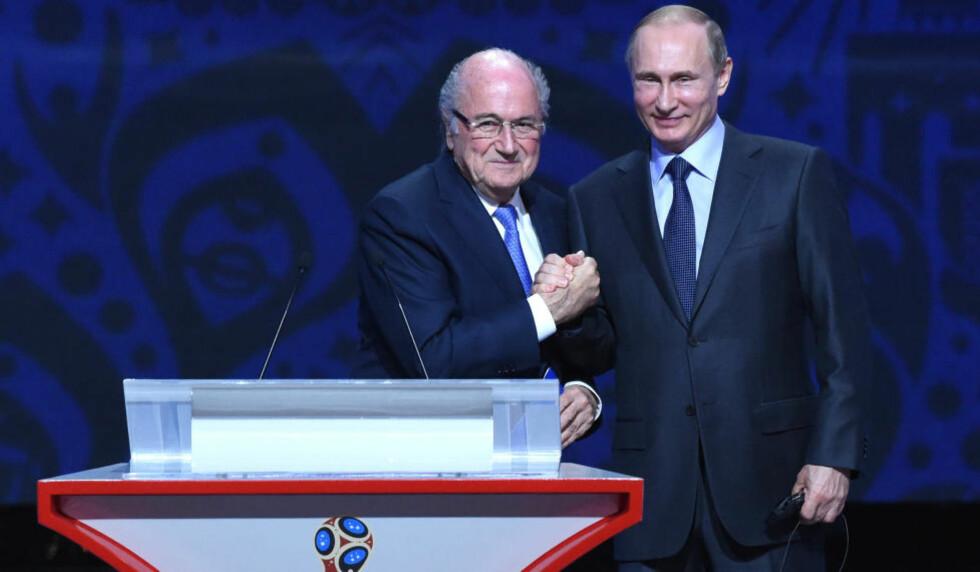 PROVOSERER: Russland-president Vladimir Putin og Fifa-president Joseph S. Blatter hyllet det kommende verdensmesterskapet i Russland. Det skaper reaksjoner. Foto: MARCUS BRANDT/dpa