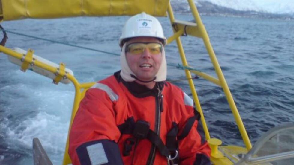 FRIVILLIG: - Når vi treffer dem vi har reddet og de pårørende, holder det i massevis, sier Cato Dyb-Sandnes om hvorfor han jobber som frivillig på redningsskøyte. Her er han på sjøen i en annen situasjon. Foto: Privat