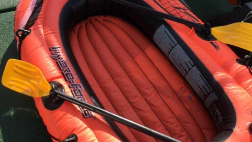 FUNNET I DENNE GUMMIBÅTEN: Da redningsmannskapene fant 12-åringen, satt hun kald og engstelig i denne lille gummibåten, femti til sytti meter fra land - i bare bikini. Foto: Redningsselskapet