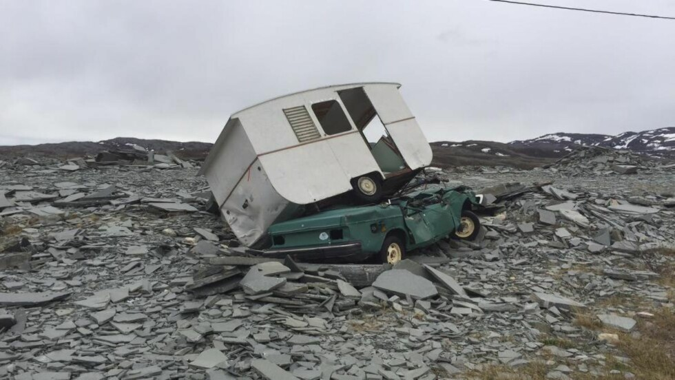 DUMPET: Denne bilen og campingvogna er blant det som er dumpet i skiferbruddet. Foto: Willy-Einar Hågensen