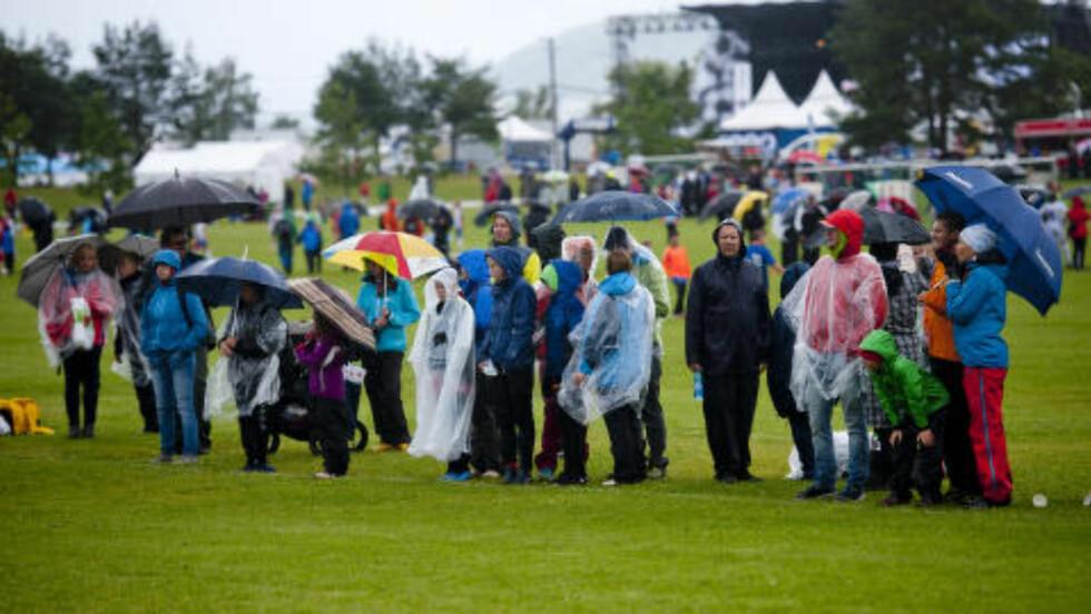 FUKTIG START - BEDRE MANDAG:  Regnvått under første kampdag i Norway Cup på Ekebergsletta i Oslo søndag formiddag. Foto: Jon Olav Nesvold, NTB Scanpix.