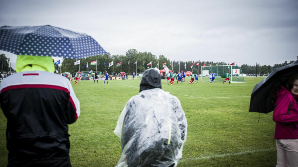 FØRSTE KAMP:  Juniorene (19 år) til Alvdal og Torvastad spilte den første kampen i ruskevæfret på Ekebergsletta i formiddag. FOTO: HALVOR SOLHJEM NJERVE/DAGBLADET.