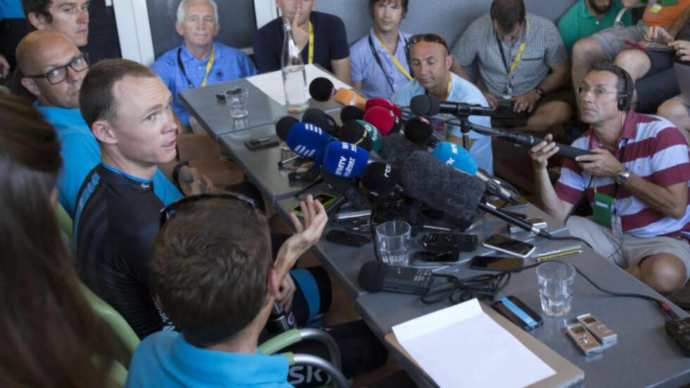MÅTTE FORKLARE:  Chris Froome på pressekonferansen etter at Sky-sjef Dave Brailsford hadde lagt fram det fysiologiske materialet bak britens gode klatring. FOTO:AP/Peter Dejong.
