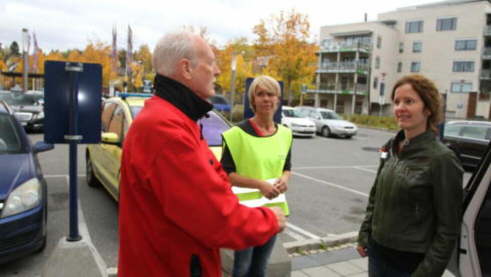 40 ÅRS ERFARING: Trond Boye Hansen er ambulansesjåfør og har lang erfaring med sikring av barn i bil. Han mener at mange foreldre snur barnesetet for tidlig, noe som kan være livsfarlig. Foto: MORTEN MOUM
