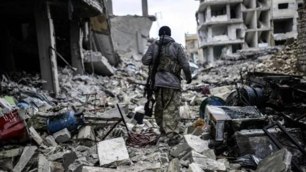 EN BY I RUINER:  Kurdiske styrker, med støtte fra PKK, har vært i harde kamper med terrorgruppa IS i Nord-Syria. Fra september i fjor til januar i år angrep IS byen Kobani på grensa til Syria, og la hele byen i ruiner. Nå har Tyrkia gått inn i krigen i Syria og bomber både PKK og IS. Foto: Bulent Kilic / AFP Photo / NTB Scanpix
