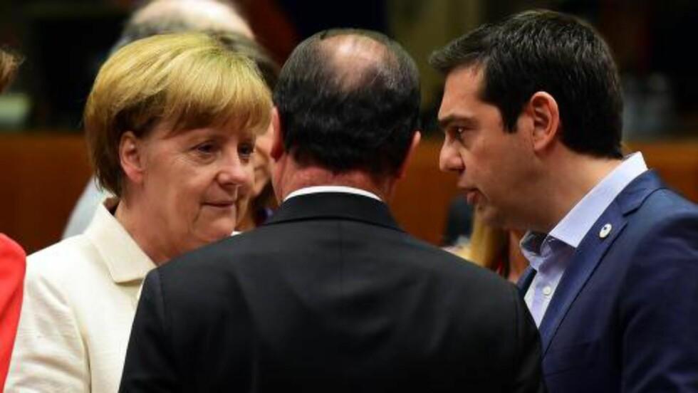 DRAKAMP: I drakampen med den tyske forbundskansleren Angela Merkel i den andre uka i juli måtte grekernes statsminister Alexis Tsipras gå med på omfattende privatisering av gresk statseiendom. Foto: AFP/ John MacDougall