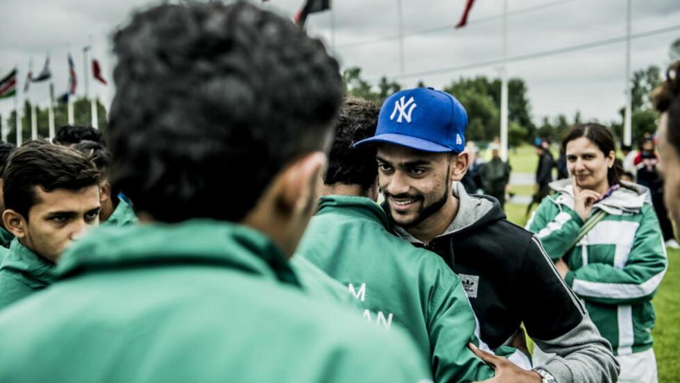 HYGGELIG MØTE: Vålerenga-spiller Ghayas Zahid besøkte Norway Cup på søndag for å se Team Azad fra Pakistan. Foto:Thomas Rasmus Skaug