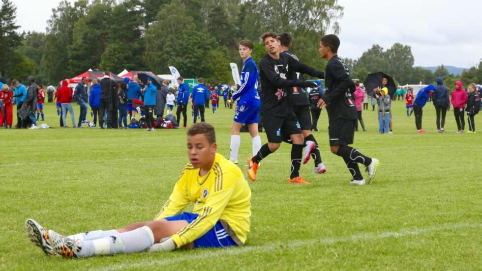 STJERNESMELL: Marcus Kaiihura fra Oppsal  fortviler, mens Karanbaspillerne jubler. Norway Cup er for alvor i gang. Foto: Odd Roar Lange