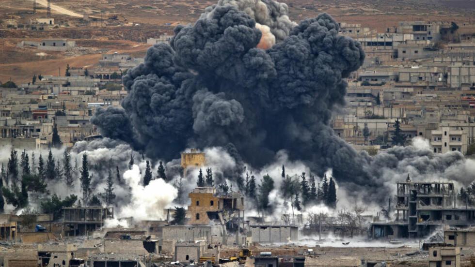 BOMBET I FILLER:  Mellom september i fjor og januar i år ble den syriske grensebyen Kobani lagt i ruiner under et angrep fra terrorgruppa IS. Det lyktes kurdiske styrker å drive terrorgruppa ut av byen ved hjelp av amerikanske luftstyrker, men i det store og hele står IS fortsatt like sterkt i Syria som de gjorde for ett år siden. Det samme gjelder Irak. Foto: Vadim Ghirda / AP Photo / NTB Scanpix