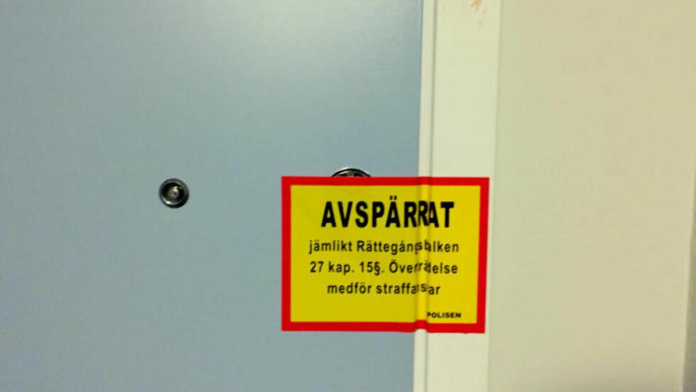 SPERRET AV: Leiligheten er sperret av. Foto: Johan Ronge/Expressen