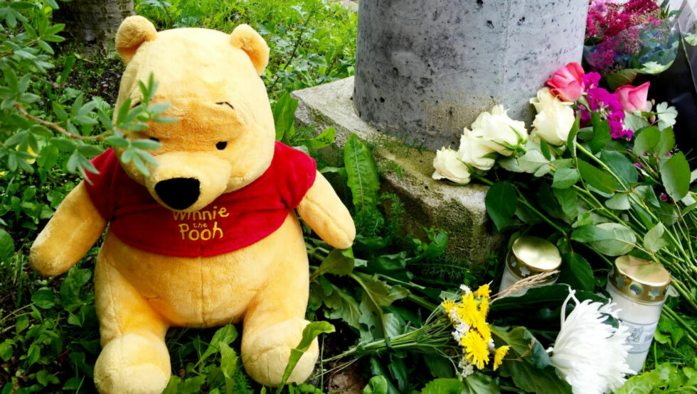 SORG: Naboer og venner av familien har lagt ned blomster, en bamse og tent lys ved leiligheten der jenta og mora bodde. Foto: Johan Ronge / Expressen