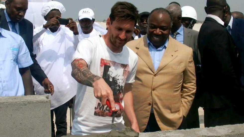 LA DEN FØRSTE STEINEN:  Lionel Messi sammen med Gabon-president Ali Bongo.  Foto: NTB Scanpix