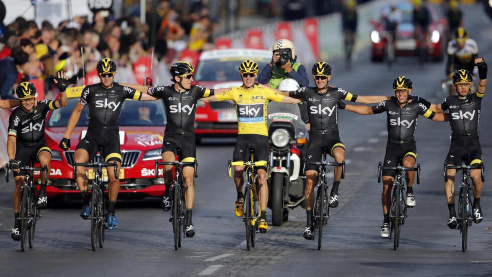 KAN SMILE HELE VEIEN TIL BANKEN: Chris Froome og Team Sky ble de store vinnerne i årets Tour de France, både sportslig og økonomisk. Foto: Stephane Mahe (Scanpix/Reuters)