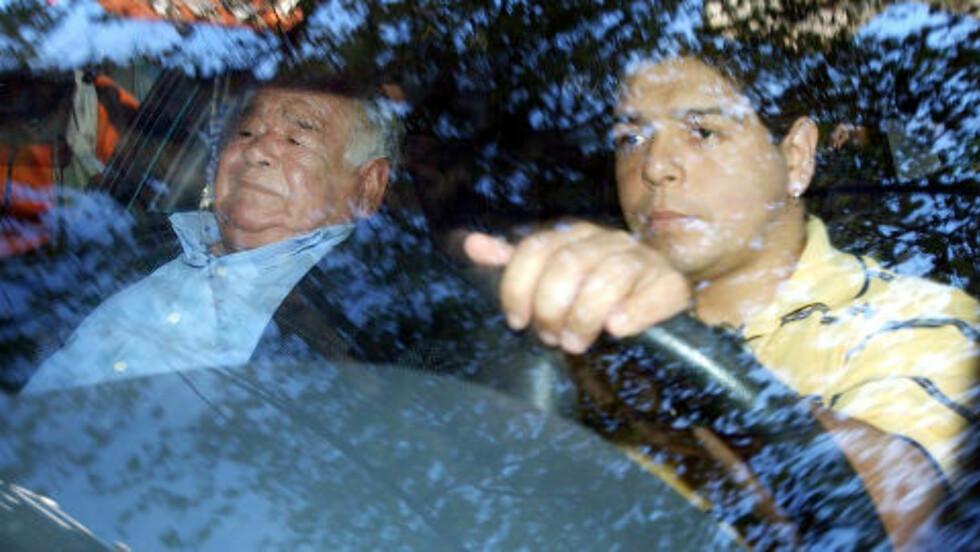 MINDRE KJENT: Raul Lalo Maradona (t.h) sammen med faren Diego Maradona Sn. Foto: Reuters / NTB Scanpix