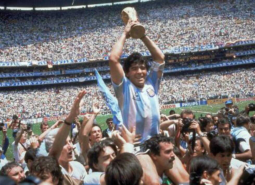 I GLANSDAGENE: Diego Maradona løfter VM-trofeet på Atzeca Stadium i Mexico i 1986. Argentina slo Vest-Tyskland 3-2 i finalen. Foto: Carlo Fumagalli / AP Photo / NTB Scanpix