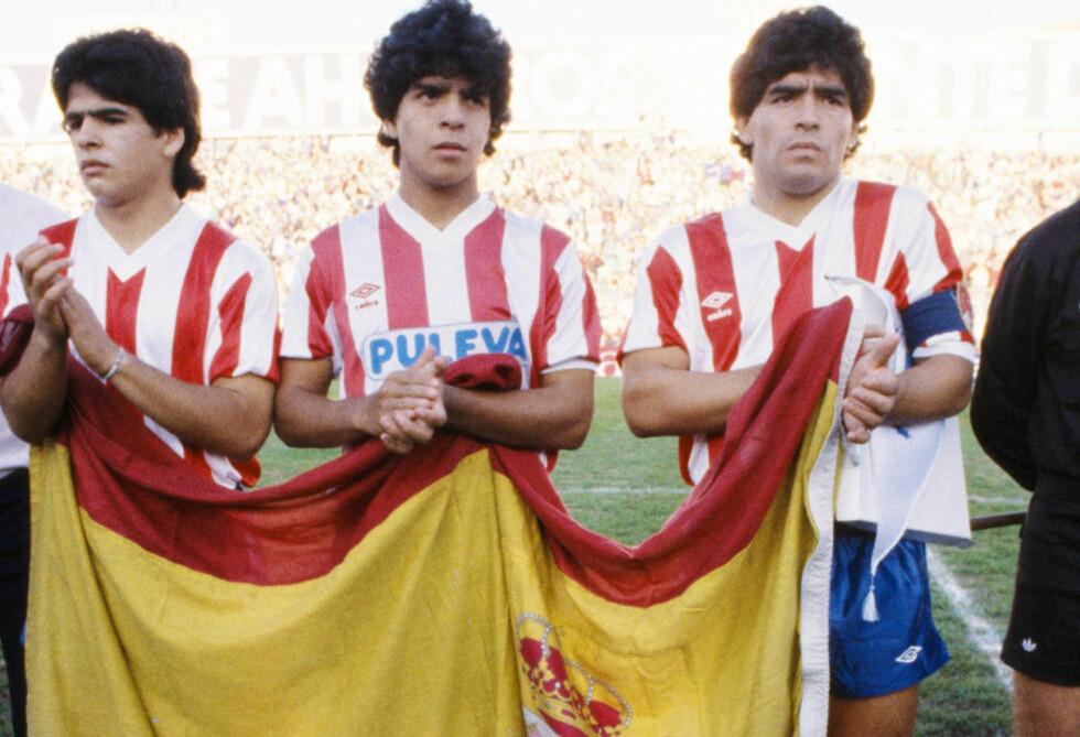 TRE BRØDRE I MANESJEN: Diego Maradona (t.h.) avbildet sammen med sine brødre Raúl (t.v.) og Hugo (i midten) før den historiske kampen mellom Granada og Malmö hvor alle tre spilte på samme lag. Foto: Getty Images