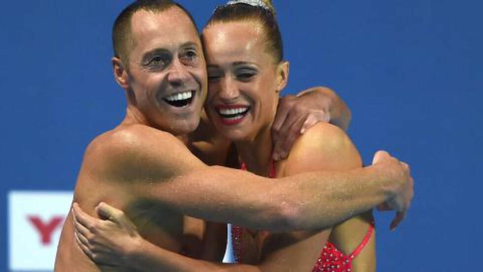 GULLGLIS: Christina Jones og Bill May feirer VM-gullet. Foto:  AFP PHOTO / CHRISTOPHE SIMON / NTB Scanpix