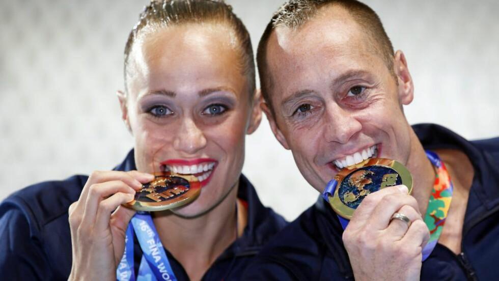 VM-GULL: Christina Jones og Bill May ble historiske da de vant den første mixed-duett-øvelsen i et VM noensinne. Foto:  EPA/PATRICK B. KRAEMER/NTB Scanpix